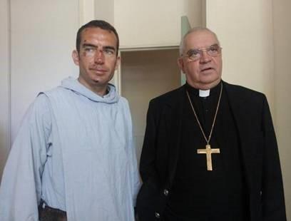 Mgr Cattenoz aux côtés du père Grégoire après son agression (Source Dauphiné Libéré)