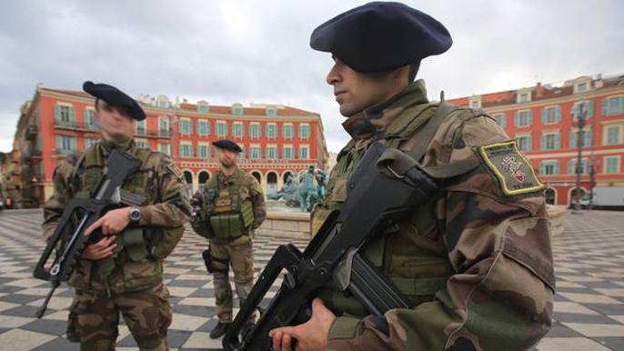 Attentat contre les trois militaires devant les locaux du Consistoire israélite de Nice, Radio Shalom et une association israélite.